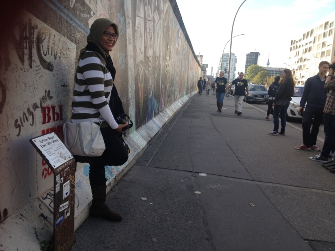 Pose in East Side Gallery